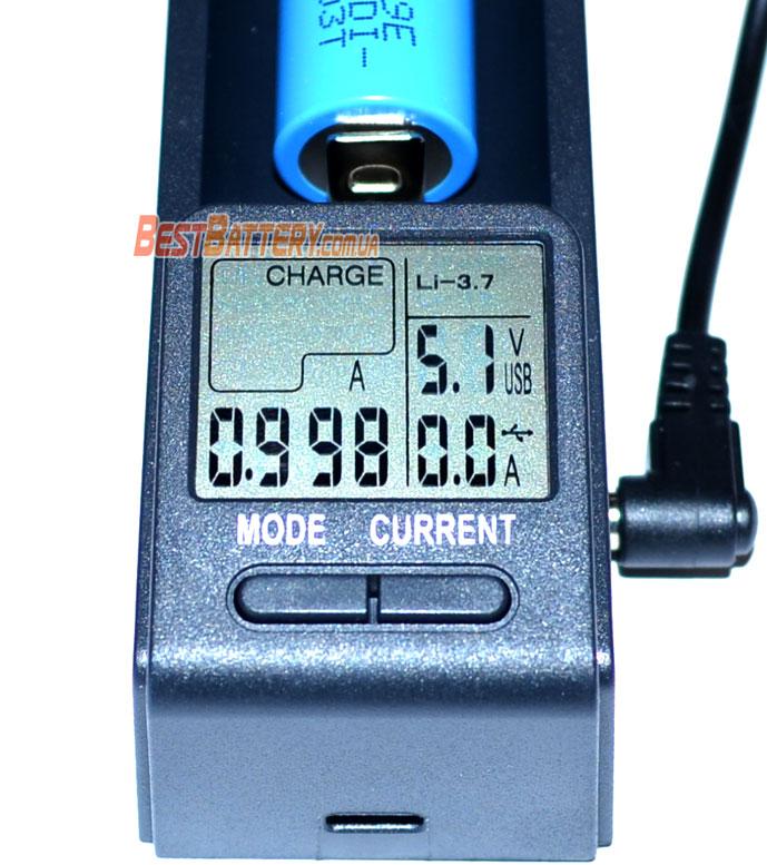 Информационный дисплей с подсветкой в зарядном устройстве Opus BT C100.
